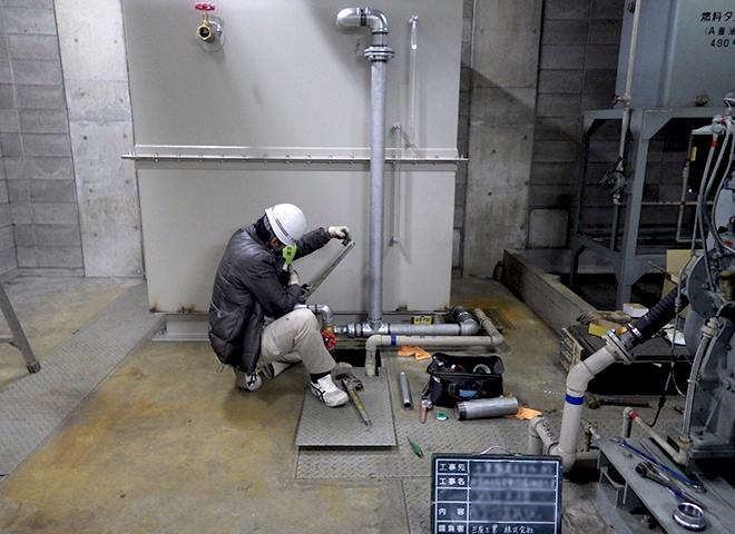 非常用発電機の冷却水槽のメンテナンス作業