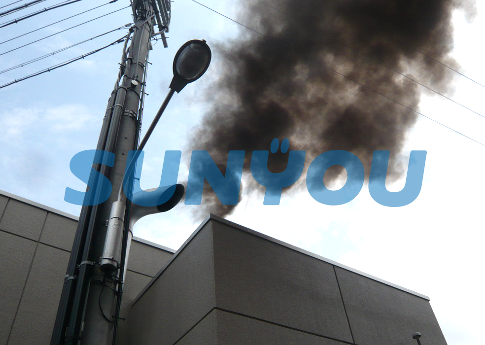 黒煙(スス)が大気にまき散らされる様子